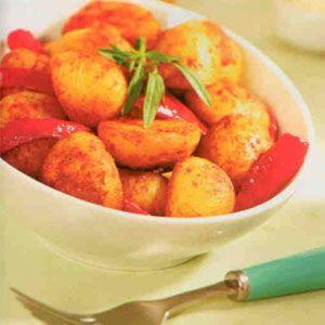 İspanyol Usulü Patates  Malzemeler:  700 gr taze patates   5 çorba kaşığı zeytinyağı   2 diş doğranmış sarımsak  Yarım çay kaşığı pul biber   2 çay kaşığı kırmızı toz biber   2 çorba kaşığı elma sirkesi   1 salçalık kırmızı biber   Yarım çay kaşığı kimyon  Hazırlanışı: Taze patatesleri iyice yıkadıktan sonra tuzlu suda yumuşayıncaya kadar haşlayın. Patateslerin suyunu süzüp ortadan ikiye bölün. Teflon tavada zeytinyağını iyice ısıtın. Patatesleri tavaya alıp, sık sık çevirerek renkleri altın sarısı olana kadar kızartın. Bir kaseye kabuklarını soyduğunuz sarımsakları rendeleyin. Üzerine pul biber, kırmızı toz biber, kimyon ve elma sirkesi ekleyip karıştırın. Kırmızı biberi 1 cm kalınlığında şeritler halinde kesin. Hazırladığınız sirkeli karışım ile kırmızı biberleri, kızarmış olan patateslerin üzerine ilave ederek, 3 dakika daha pişirin. Sıcak olarak servis yapın.