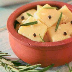 Marine Edilmiş Peynir  Malzemeler:  150 gr eski kaşar peyniri    6 çorba kaşığı zeytinyağı    1 çorba kaşığı elma sirkesi   1 çay kaşığı tane karabiber    1 diş sarımsak   3 dal taze kekik  Hazırlanışı: Kaşar peyniri kare şeklinde doğrayıp, küçük bir kaseye alın. Sarımsağın kabuklarını soyup rendeleyin.Yağ, sirke, karabiber taneleri ve kekik yapraklarıyla karıştırıp peynirlerin üzerine aktarın. Üzerini mutlak folyosu ile kapatarak, 3 gün buzdolabında beklettikten sonra servis yapın.