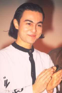 Serdar Ortaç, 'Karabiberim' ile çıkış yaptığında saçları uzundu.