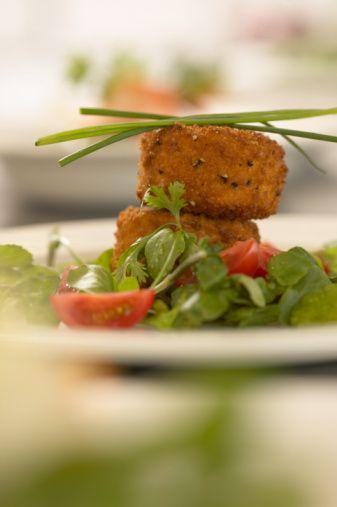 Dışarıda yemek yemenin talihsizlikleri  Yanında karışık sebzelerle servis edilen ve çok sağlıklı görünen o ızgara balık tabağı tahmin ettiğinizden daha fazla kaloriye sahip. Restoranlarda servis edilen yemeklerin besin değerlerini analiz eden Health Dining Program'ın kurucusu Anita Jones, pek çok restoranın yemeklerde 60 gr daha fazla yağ kullandığını belirtiyor. Özellikle de makarnaların adı çıkmış: Pişirme süresi boyunca yağ kullanıldığı gibi bir de ek olarak üzerine eklenen soslarda da yağ kullanılıyor. En iyisi tercihinizi haşlanmış sebze tabağından yana kullanmanız ya da şeften siparişinizde yağ kullanmamasını rica ederek ızgarada pişirilmiş tavuk ya da balıketi sipariş etmeniz. İşi garantiye almak için dışarıda yememek en iyisi.