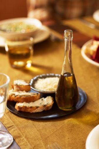 YAĞ Cornell Üniversitesi'ndeki araştırmacılar insanların restoranlarda önlerine konulan ekmekleri üzerine yağ sürerek değil de, zeytinyağına batırarak yediği zaman toplamda 53 kalori daha az aldığını keşfetmiş. Nedenini tam olarak bilmiyorlar ancak şöyle düşünün; yağın içindeki bir şey onu daha doyurucu yapıyor!