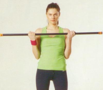 Ön ve arka kol egzersizleri Boşu üzerinde bodybar ile ön kol çalışması Bir önceki egzersizle benzer özellikler taşıyan bu egzersizin farkı, gymstick yerine bodybar kullanmamız ve egzersizi düz zeminde değil, dengede durmanızı biraz daha zorlayacak boşunun üzerinde yapmanız. Dolayısıyla hem barın ağırlığı hem de boşunun sizi zorlaması egzersizi biraz daha zorlaştırıyor.  Boşunun üzerinde dengenizi bulun ve barı dirseklerinizi hareket ettirmeden göğüs hizasına doğru yukarı çekin. Ellerin pozisyonuna dikkat edin, barı tutan ellerde avuç içleri dışarı doğru bakmalı. Hareketi 15'er tekrardan oluşan 2 set halinde yapın.