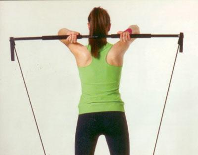Ön ve arka kol egzersizleri Gymstick ile arka kol çalışması Başlangıç pozisyonunda vücut düz ve dik, dirsekler birbirine yakın, eller başın arkasında ensede, bilekler düz... Nefes vererek dirseklerinizin açısını hiç bozmadan kollarınızı düz pozisyona gelinceye kadar yukarı kaldırın. Hareketi çok rahat ve kolay yapan kişiler aleti döndürerek gerilimi artırabilirler. Hareketi 15'er tekrardan oluşan 2 set halinde yapın.