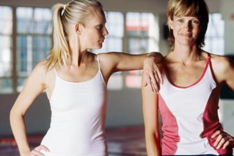 Spor salonuna bir arkadaşınla git!  Bir fitness eğitmeninden özel ders almak, bütçeni 750-1.500 TL civarında bir zarara uğratır. Tabii bu hangi spor salonunu tercih ettiğine göre değişir. Ama bir arkadaşınla beraber özel ders alırsan, fiyat yarı yarıya azalacaktır. Ayrıca yanında canla başla ter dökerek kol kaslarını çalıştıran bir arkadaşın olursa, sen de motive olursun.