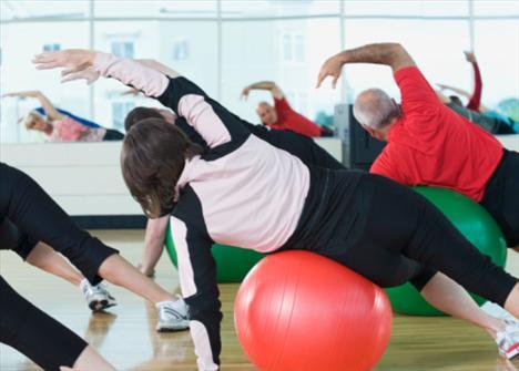 Sülale halinde katılın!  Bazı spor salonları bir aile üyesi ya da arkadaşınla beraber üye olursan, indirim yapabiliyor! Essporto, Hillside, MAC, Celebrity Fitness gibi spor salonlarına bu konuda danışmalısın. Böylece fitness masraflarından tasarruf edebilirsin.