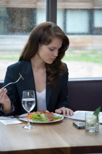 İDEAL: Evde hazırladığınız sebze yemeğini sabah termosla işyerine getirebilir ve ayranla tüketebilirsiniz. Sabah işe gitmeden önce hazırlayacağınız ve yeşil marul, domates, biber, salatalık, mısır, tavuk veya ton balıktan oluşan besin değeri yüksek bir salata ile de kendinize sağlıklı bir öğün oluşturabilirsiniz. Yanında yüzde yüz doğal bir bardak meyve suyu ile destekleyebilir veya evden getirdiğiniz 1 dilim çavdar ekmeği yiyebilirsiniz.   İDARE EDER: Hiçbir şey yapamazsanız, tavuklu ya da peynirli bir sandviç alın. Üzerine sebze de ekletirseniz, gün içinde ihtiyacınız olan besin değerlerinin hiç olmazsa bir kısmını karşılamış olursunuz. İsterseniz büyük bir salata alabilir, tatlı olarak da meyve ile kombine ettiğiniz bir kase yoğurt yiyebilirsiniz.
