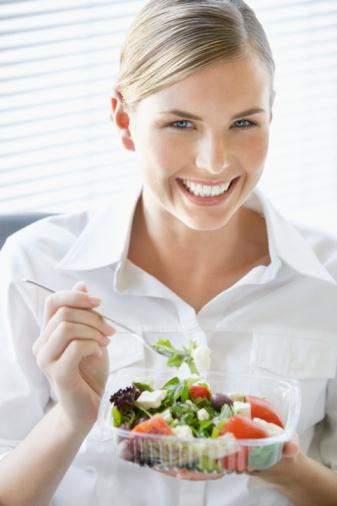 İDEAL:  Evde akşamdan hazırladığınız bir sebze yemeğini (termos içinde) ve 1 dilim çavdar ekmeğini işyerine getirin. Evden çıkmadan önce bir avuç kadar kuru meyve veya 2-3 mandalina gibi taze meyve almayı da unutmayın. Böylelikle öğle saatlerinde sağlıklı beslenmiş olusunuz.   İDARE EDER:  Büfede yediğiniz kaşarlı tostun yanında evden getirdiğiniz domates, salatalık ve elma yerseniz, hiç olmazsa gün içinde ihtiyacınız olan besin öğelerinin bir kısmını karşılamış olursunuz. Veya kepekli ekmekle hazırlanmış peynirli veya ton balıklı, marullu sandviç yanında 1 adet yeşil elma ya da yarım simitle beraber 100 gr peynir ile 2 mandalina da yiyebilirsiniz.