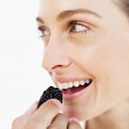 İDEAL:  Kan şekeri değerinizi sabit tutabilirseniz, şekerli besinlere kolayca direnebilirsiniz. Yine de tatlı bir şeyler atıştırmaya ihtiyaç duyuyorsanız; kuru incir, kuru üzüm, çikolata kaplı diyet bisküviler, kuru kayısı, kakao içerikli puding veya 3 draje siyah çikolatayı tercih edin. Siyah çikolata hem diğer türlere göre daha sağlıklı, hem de yoğun tadından dolayı fazla yemenizi de önlüyor. Buğday veya çavdardan yapılmış cevizli ya da kakaolu kek çeşitleri de sinirleri yatıştırıyor.   İDARE EDER:  Sağlıklı bir atıştırma için alternatifleri tercih edin. Örneğin, buzlu dondurma kremadan yapılan dondurmadan, meyveli pasta da çikolatalıdan daha az kalori içeriyor. Atıştırmalarınızı günde 200-300 kaloride sınırlandırmayı alışkanlık haline getirin.
