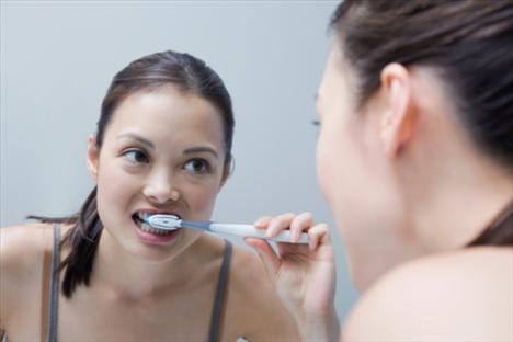 1. Dişlerinizi fırçalarken dizlerinizi 10'ar kez bükerek alçalın ve tekrar kalkın. Kısa bir ara verdikten sonra egzersizi 10 kez tekrar edin. Egzersizi günde 3 kez uygulayın.