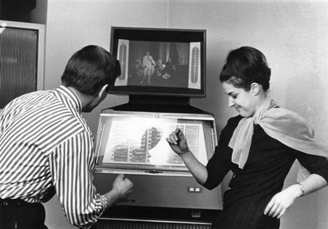 4. Televizyon izlerken step dansına ne dersiniz? Üstelik bunun için sadece küçük tik step tahtası yeterli olacak. Hızınızı zaman zaman değiştirmeyi de unutmayın!
