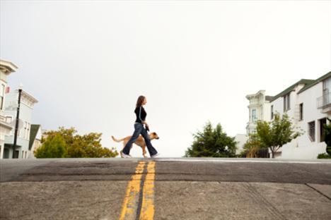 8. Uzak mesafelerden yararlanın ve bunun için bir kilometrenin altında olan her mekana, arabanız yerine ya yürüyerek ya da bisikletle ulaşın.