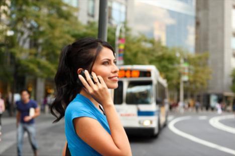 9. Telefonla konuşurken oturmayın: Ayağa kalkın, parmak uçlarınıza doğru iyice yükselin. Ardından yavaşça alçalın ve topuklarınızı zemine indirin. Sıkılıncaya kadar tekrar ayak parmaklarınızın üzerine yükselin ve inin.