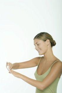 Adım 1 Manikür öncesi ilk olarak, varsa tırnak yüzeyinden oje ve benzeri kalıntıları temizleyin. Oje çıkarıcı kullanarak, bir parça pamuk yardımı ile tırnak etlerine çok bulaştırmadan ojeyi tırnaklardan çıkarın.
