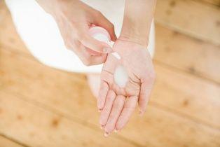 Adım 6 İşlem tamamlandıktan sonra eller ve ayakların nem dengesini korumak ve bakımı tamamlamak için uygun nemlendirici bakım kremleri uygulayın. Yapılan manikürün daha uzun süreli olması için tırnak etlerini kurutabilecek işlemlerden kaçının.