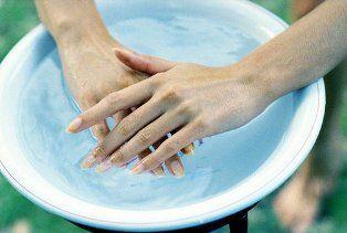 Adım 3 Uygun bir yumuşatıcı (özel manikür tozları, şampuan gibi) döktüğünüz ılık suyun içine ellerinizi koyarak 10-15 dakika bekletin.