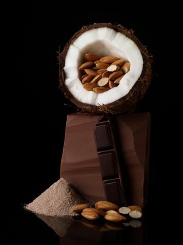 Bademin yararları •Omega 3 kaynağı olarak kalp ve damar dostu bir besindir.  •İçinde bulunan Omega 3 kan pıhtılaşmasını ve damar sertliğini önler; tansiyonu düşürür, şeker hastalarında kalp hastalığı riskini azaltır.  •E vitamini bakımından zengin olması nedeniyle antioksidan ve yaşlılık engelleyici bir gıdadır, adet döneminde kan şekeri düşüklüğünü engeller.  •İçerdiği E vitamini şeker hastalığının gelişimini engeller; kalp, damar, beyin ve sinir fonksiyonlarını düzenler, yaraların iyileşmesine faydalı olur, prostat kanserinden korur.  •Bor bakımından zengindir; kemikleri güçlendirir.  •İçinde bulunan kalsiyum kandaki kolesterol düzeyini düşürür, kemik erimesini önler.  •İçinde bulunan magnezyum adet dönemi gerginlikleri ile adet öncesinde karında gaz, ruhsal durum değişiklikleri, baş ağrısı, şekerli ve tatlı besinlere istek, uykusuzluk, yorgunluk, baş dönmesi gibi belirtilerin azalmasına yardımcı olur.  •Alınan posa miktarı arttıkça koroner kalp hastalığı ve buna bağlı gerçekleşebilecek risklerde azalma olduğu saptanmıştır. Haftada en az 5 adet badem yiyenlerde koroner kalp rahatsızlığının daha az ortaya çıktığı belirtilmektedir.  •Bademde bulunan yağlar kötü kolesterolü azaltır.  •Bademde bulunan arginin isimli aminoasit kan damarlarını gevşeterek tıkanmalarını önler.  •Vücut direncinin artmasında, yaraların iyileşmesinde, tat ve koku duyusunun oluşumunda faydalı; sperm hareketlerini arttıran, büyüme, gelişme ve gebelik dönemlerinde ihtiyaç duyulan çinko minerali içerir.
