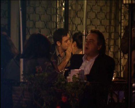 """Sevgilisine hasretle sarıldı Cihangir'de bir cafe'de FOX'un """"Bizden Kaçmaz"""" kamerasına takılan çift, neşeli sohbetlerine sık sık öpüşerek ara verdi. """"Kapalıçarşı"""" dizisinde Cemal karakterini canlandıran İşler ile """"Bu Kalp Seni Unutur mu?"""" dizisinde Yıldız rolünü ete kemiğe büründüren Tüzünataç, adeta yoğun tempoda görüşememenin acısını çıkardı."""