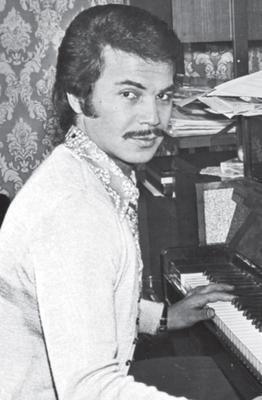 ORHAN GENCEBAY  Arabesk müziğin güçlü isimlerinden Orhan Gencebay, bıyıklarını yıllardır kestirmiyor...