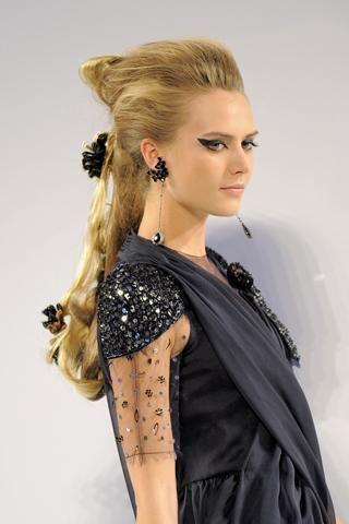 1- Chanel Saten saç tokaları ve penslerle serbest bıraktığınız uzun saçlarınızı arkadan üstten hafifçe toplayın.