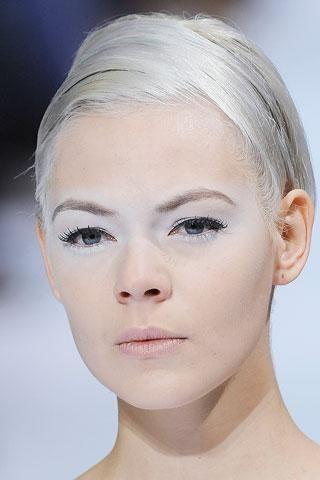11- Elie Saab Karlar kraliçesi esprisinde, sarı saçlar yapışık ve gergin olarak toplanmış…