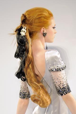 2- Chanel Kızıl saçların arasına eklenen siyah postişler cesur olanlara göre…