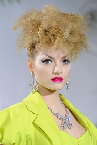 7- Christian Dior Hafif buklelerle beraber saçlar ensede toplanıyor…