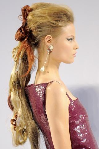 3- Chanel Sarı saçlara hareket veren kızıl postişler volüm de katıyor!
