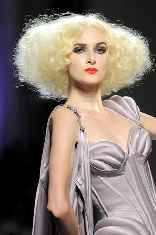 13- Jean-Paul Gaultier Marilyn ve Madonna tarzı karışımı bir model...