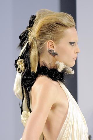 4- Chanel Çok açık kumral saçlar pilatin ve siyah postişlerle oldukça kışkırtıcı!