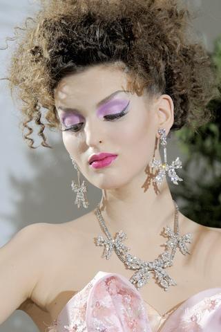 9- Christian Dior Kıvırcık saçlar yukarıda dağınık olarak toplanırsa…