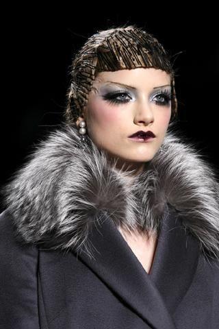 10- Christian Dior Küçük ince siyah tokalar ön planda…