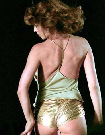 Yıl 2000. Kylie Minogue, Spinning Around adlı single'ına klip çekti. Klipte giydiği bu cüretkar giysi uzun süre konuşuldu.
