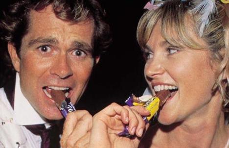 Yıl 2000. Anthea Turnerve Grant Bovey düğünlerinde çikolata keyfi yaşıyor. Bu bir tür reklam oldu ve ikiliye 450 Bin Sterlin kazandırdı.