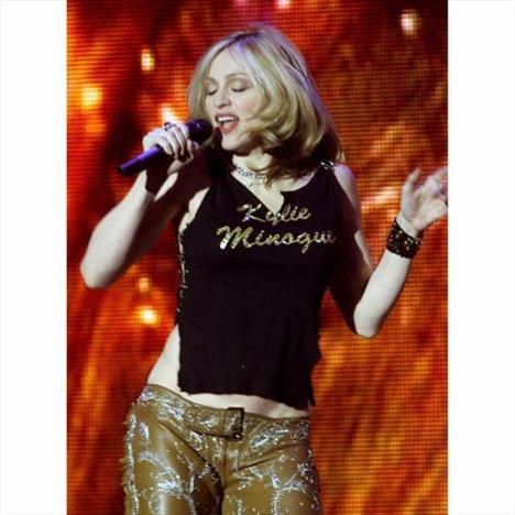 2000'deki MTV Müzik Ödülleri'nde Madonna'nın giydiği bu tişört çok konuşuldu.
