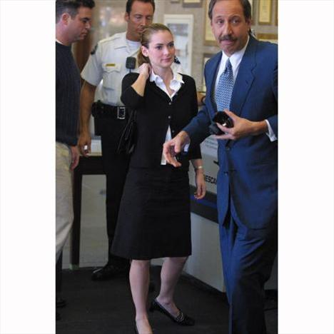 Yıl 2002. Bir mağazada hırsızlık yaparken yakalanan ünlü yıldız Winona Ryder duruşma salonuna girmek üzere.