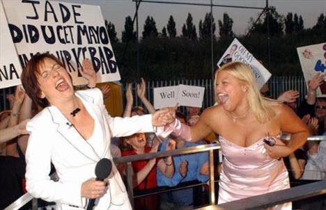 Yıl 2002.Big Brother (Biri Bizi Gözeliyor) ile şöhret olan Jade Goody yarışmanın yapıldığı evi terk ederken sunucu Davina McCall ile şakalaşıyor. Goody geçen yıl kanserden öldü.