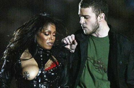 2004'teki Süper Kupa'da Janet Jackson'ın göğsü açılınca Justin Timberlake de ne yapacağını şaşırdı.