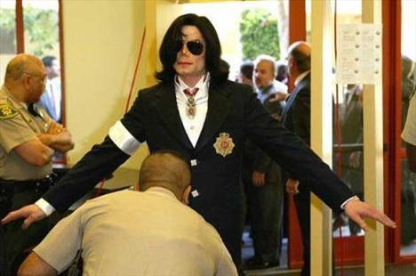 Yıl 2004. Çocuk tacizi ile suçlanan Michael Jackson mahkeme salonuna girerken aranıyor.