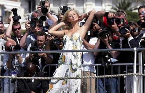 Yıl 2005. Paris Hilton Cannes Film Festivali'nde.