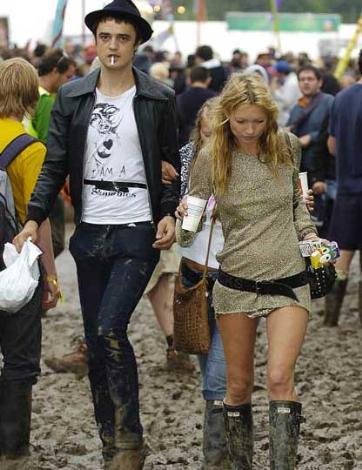 Yıl 2005. O dönemde birlikte olan Kate Moss ve Pete Doherty, çamur içinde Glastonburry Festivali'nin keyfini sürüyor.