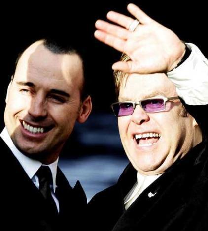 2005... Elton John ve sevgilisi David Furnish evlilik yemini ettikten hemen sonra.