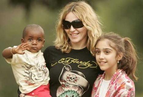 Yıl 2007. Madonna kızı Lourdes ve güçlükle evlat edindiği David Banda ile.