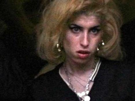 Yıl 2008... Amy Winehouse, hapisteki kocasının duruşmasına gitti.
