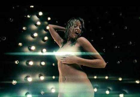 Yıl 2002... Holly Valance'ın Kiss Kiss adlı klibi tartışma yarattı.