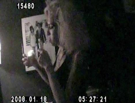 Yıl 2008. Amy Winehouse uyuşturucu içerken böyle görüntülendi.