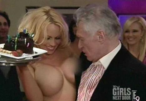 Yıl 2008. Playboy'un kurucusu Hugh Hefner'e Pamela Anderson'dan doğum günü sürprizi.