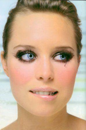 Pink'n'punk 1. Cildinizi çok iyi nemlendirin. Üzerine cilt tonunuzda, su bazlı bir fondöten uygulayın. Göz makyajınız dağınık olacağı için, teniniz berrak görünmeli. 2. Yanaklarınıza pembe tonlarında bir allık uygulayın. Özellikle elmacık kemiklerinizin üzerine biraz daha fazla sürün ve yayın. 3. Göz üzerine ve altına kahverengi kalem çekin ve fırça yardımıyla hafifçe dağıtın. Üzerine kahverengi bir far uygulayın. Farınızı öyle düzgünce değil, modelinki gibi gelişigüzel dağıtarak, biraz sanatsal sürün. Gözün iç kösesine simli dore far uygulayın. Alt ve üst kirpiklerinize bolca maskara sürün. 4. Dudaklar parlak olmalı. Dudaklarınıza, sizi yarı yolda bırakmayacak, uzun süre kalıcı bir parlatıcı sürün.