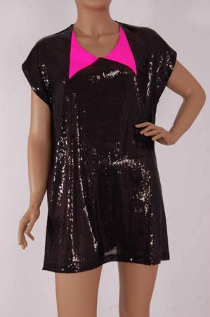 """Zeynep Erdoğan'ın siyah, mini ve payetli elbisesi biz Mahmure kızlarının gözdesi oldu. Yakasındaki pembe sürprizi, elbisenin neşesini çoğaltıyor. """"Yılbaşı gecesi ne giyeceğim?"""" derdi olan artık düşünmesin.    http://www.designist.com.tr/UrunDetay.aspx?UrunNo=544  http://www.designist.com.tr/UrunDetay.aspx?UrunNo=536"""