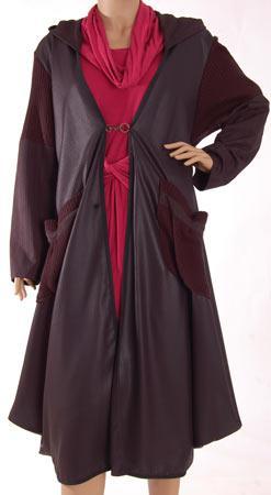 Yasemin Akat'ın, kat kat uçuşan elbiselerindeki mürdümler, bordolar, vizon renkleri sıcaklık dağıtıyor.    http://www.designist.com.tr/UrunDetay.aspx?UrunNo=507