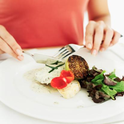 Hazır yiyecekler Aslında problemin asıl kaynağı budur. Özellikle öğrencilik hayatında alışkanlık yapmaya başlayan hazır yiyecekler bir süre sonra bağımlılık haline gelir. Bir de bu dönemlerde hızlı yemek yeme alışkanlığı ortaya çıkar. Bu da sonraki yıllarda kilo olarak size geri döner.   Maddi zorluk 20-30 yaş döneminde hem öğrencilik hem de ilk çalışma hayatı deneyimi olduğu için çoğu zaman yemek yemeye fazla para harcanmaz. Daha ucuz olan makama, pilav gibi yiyeceklere yönelinirken, meyve ve sebzenin gereksiz olduğu düşünülür.